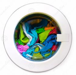 porte lave-linge avec habits colorés